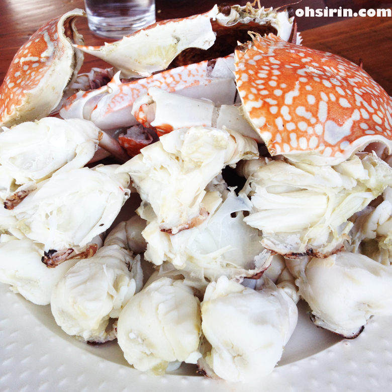 Steamed blue crabs at Daeng Chai Klong Restaurant in Bangtrabook area of Petchaburi