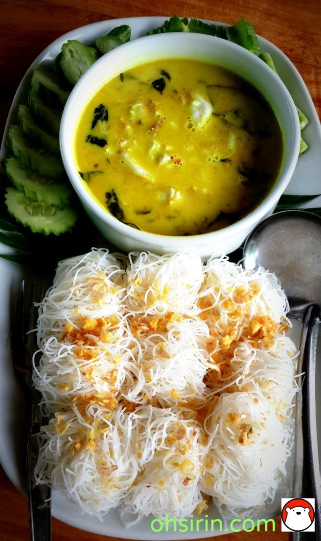 แกงเนื้อปูใบชะพลู รับประทานกับเส้นหมี่ | Crab curry with rice vermicelli